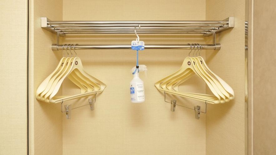 【シングル以外全室共通】お部屋にクローゼットがあり、ハンガーと消臭スプレーをご用意しております