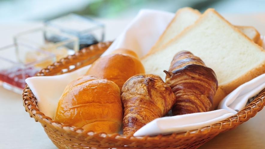 パンも充実!スクランブルエッグ等と合わせお楽しみ頂けます(朝食ブッフェ)