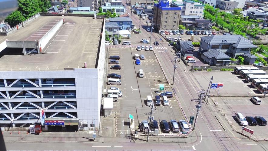当ホテルの専用駐車場は、平面の駐車場です。満車の際は正面玄関へお回りください。