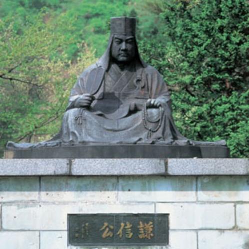 上杉謙信公像(秋葉公園) 軍配と数珠を持ち法衣姿で座した姿は、今もその遺徳を偲ばせる。(車で30分)