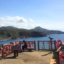 恋人岬 晴れた日には佐渡を望み、柵にふたりでカギをつけ幸せを願う恋愛成就のスポット。(車で50分)