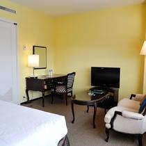 ラージダブルルーム(12階) 上質な家具・調度品をご用意しております