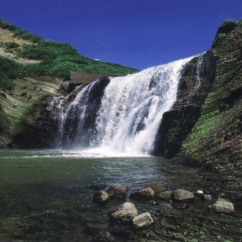 和島・落水滝 島崎川から日本海に注ぐ落水の滝は、幅12m、落差15m。(車で約60分)