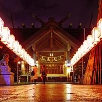 平潟神社 二年参りで市民が多く訪れる。青銅色の鳥居が目印。写真は年末年始の様子。(徒歩約20分)