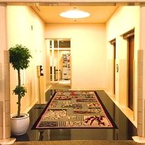 フロント前、1階エレベーターホール