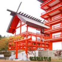 宝徳山稲荷大社 小高い丘陵に佇む漆塗りの大殿堂。(車で30分)