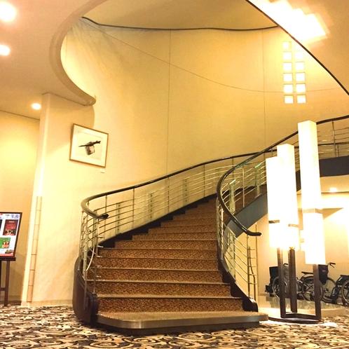 正面玄関右手(フロントと逆側)2階宴会場への螺旋階段