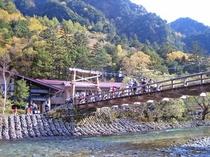 [上高地・河童橋]人気の上高地までは当館から車で約90分