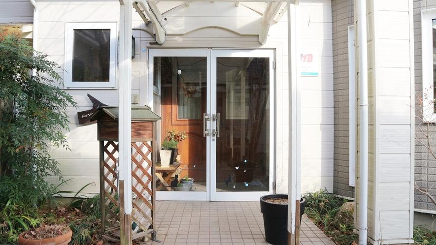 *[玄関]ダイニングや家族風呂のある建物と宿泊棟が分かれています