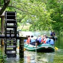 **【大王わさび農場のボート体験】黒澤明監督の映画「夢」に出てくる三連水車を眺めながらリラックス。