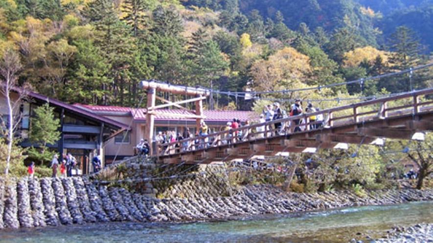*[上高地・河童橋]人気の上高地までは当館から車で約90分
