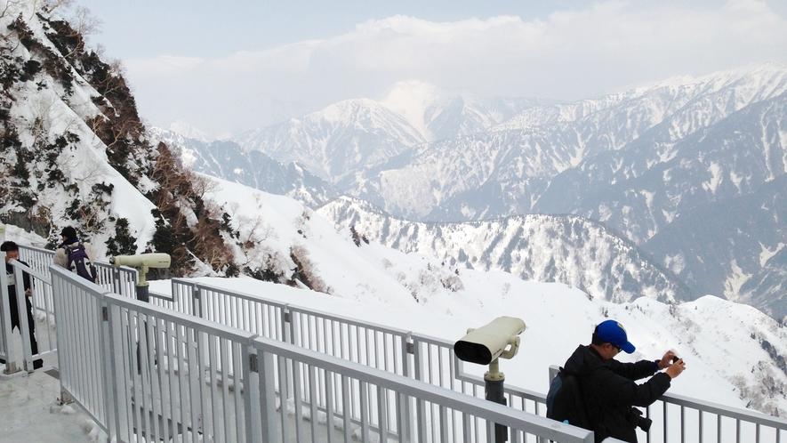 *黑部 大観峰/駅の屋上展望台から一望する黒部湖や後立山の大パノラマは、アルペンルート屈指の美しさ