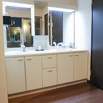 *[共用洗面台]明るく清潔な2面の洗面台をご利用ください