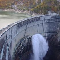 *黒部ダム湖の放水/黒部ダム大迫力の放水!河床からの風で水飛沫がえん堤まで舞い上がることも!