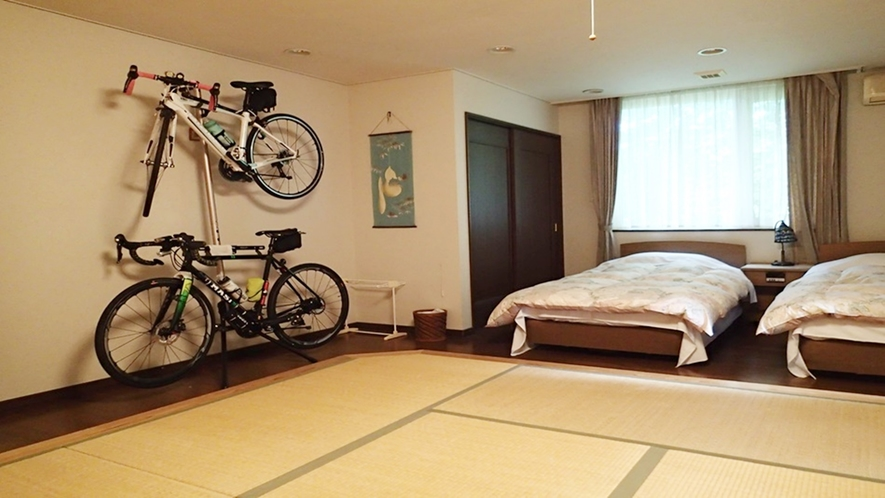 *和洋室にロードバイクスタンドを設置しております!