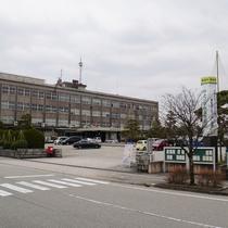 第2駐車場は、2018年公開 映画「羊の木」の舞台になった魚津市役所が目印です。