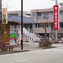 第2駐車場は、市役所隣スーパーマーケット大阪屋向かいの、富山信用組合の隣です。
