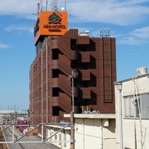 魚津駅を出て左手前方の、オレンジ色の看板が目印です。