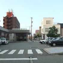 あいの風とやま鉄道 魚津駅から、左に進みます。