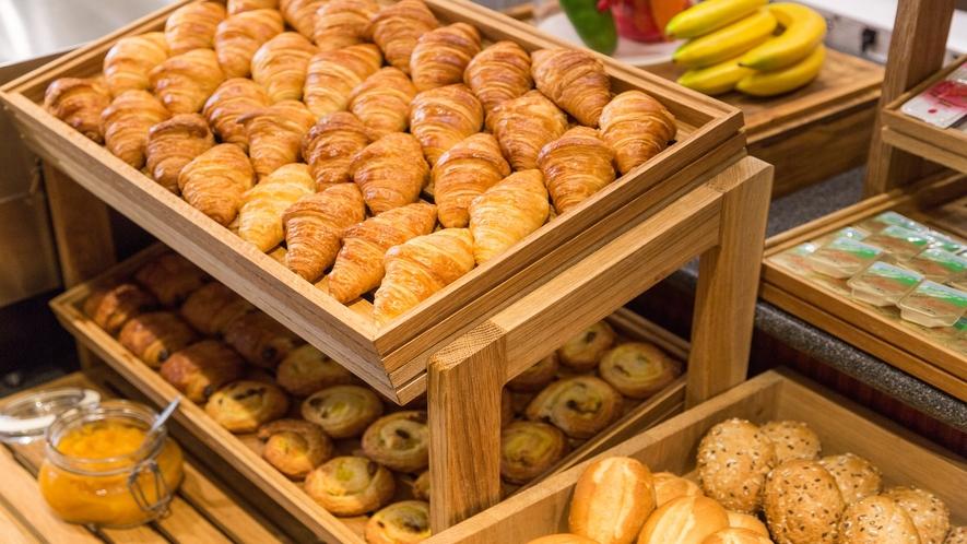 【朝食】焼きたてパンコーナー