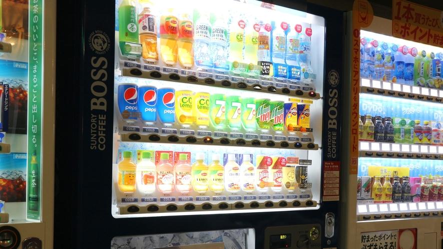 *自動販売機/種類豊富な清涼飲料水と酒類の自販機