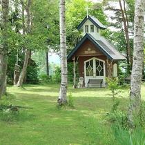 *ホテル敷地内のお庭/かわいらしい小さな教会も