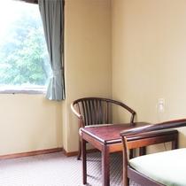*和室12畳一例/窓の外には自然豊かな菅平高原の景色