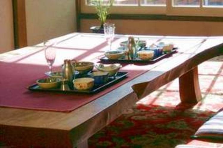 座テーブルとお膳の食事
