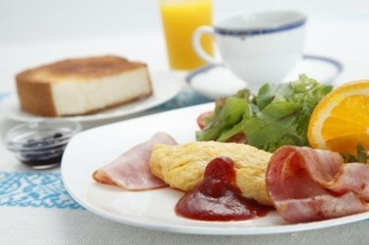 厚焼きトーストとふっくらオムレツの朝食