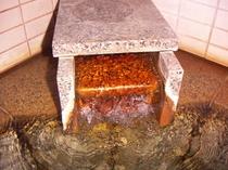 温泉湯口。無色無臭のナトリウム塩化物泉です。