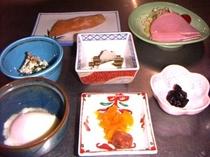 御朝食、一例。温泉玉子、ハムサラダ、鮭切り身、ひじき煮物、わさびのりなど。