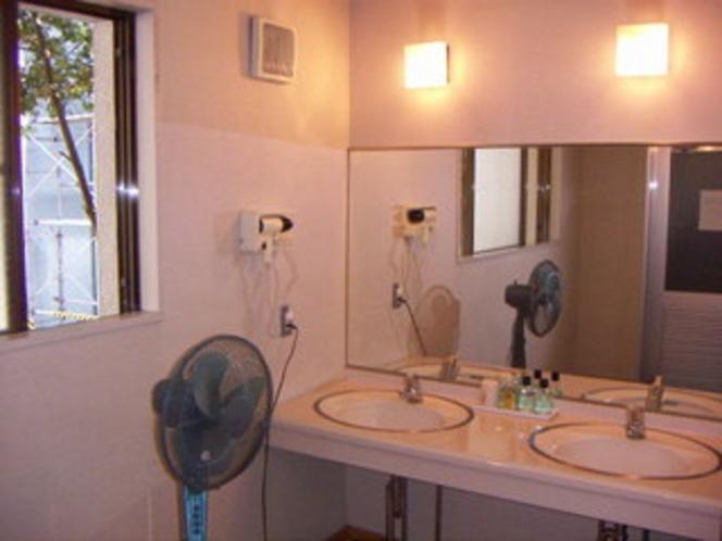 男性浴場、脱衣室。ドライヤー、ひげそり用品、設置。