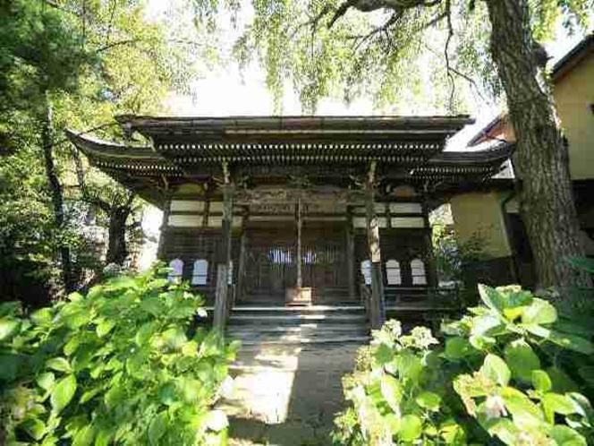 湯田中大湯近くの、お寺、お湯掛け地蔵、足湯があります。徒歩約5分