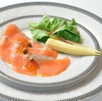 夕食 サーモンのカルパッチョ