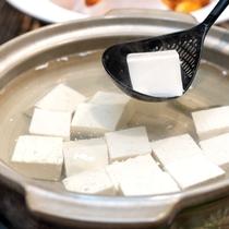 お豆腐【朝食】熱々の豆腐に醤油を垂らしてお召し上がりください。