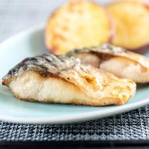 焼き魚【朝食】ご飯のお供には外せない。魚は小さく食べやすい。