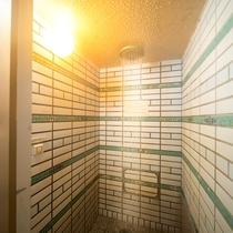 【シャワー:大浴場】広々としたスペースでお身体をお流し下さい。