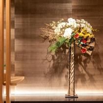 【季節のお花:フロント】四季やイベントに合わせたフラワーアレンジメント