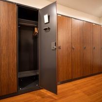 【ロッカールーム:大浴場】広々としたロッカールーム