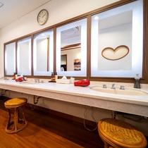 【パウダールーム:小浴場】ご入浴後は、広々としたパウダールームでアフターケアを♪