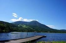 桟橋から見た女神湖と蓼科山