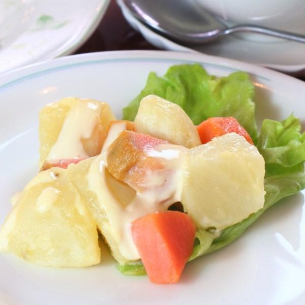 夕食(B)サラダ。ジャガ芋とスモークサーモンサラダ