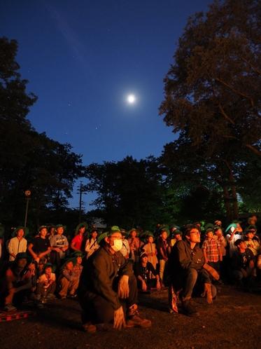 キャンプファイヤーと月