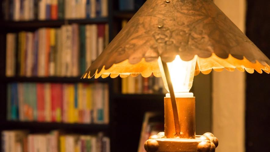 暖かい光がロビーを優しく照らしてくれます。
