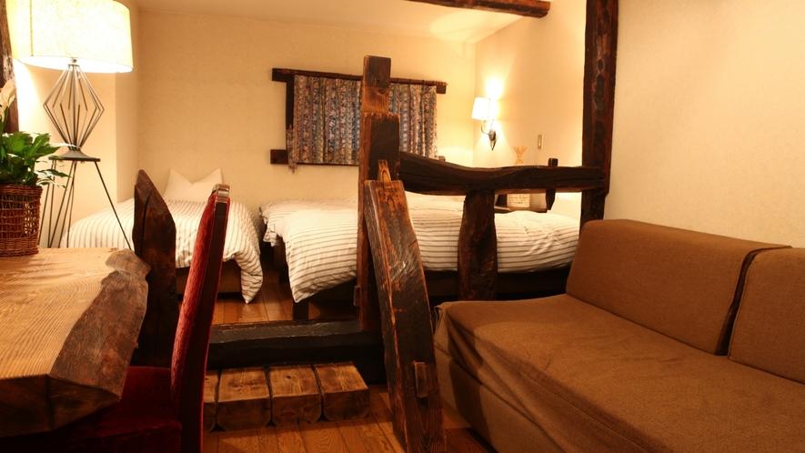 ウッディルーム ヨーロッパの田舎のホテルを思わせる古材やログをふんだんに使った空間。