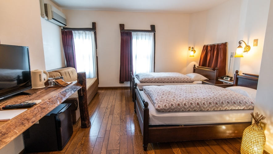 ヨーロッパの田舎のホテルを思わせる古材やログをふんだんに使った空間。
