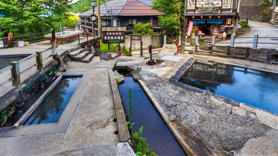 麻釜(おがま)には5つの大きな湯だまりがあります。
