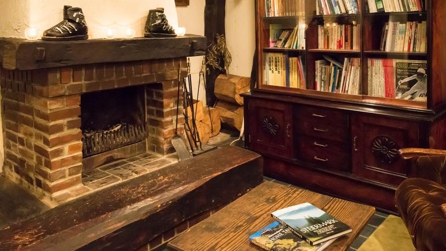 暖炉の前でお連れ様とご歓談をお楽しみください。