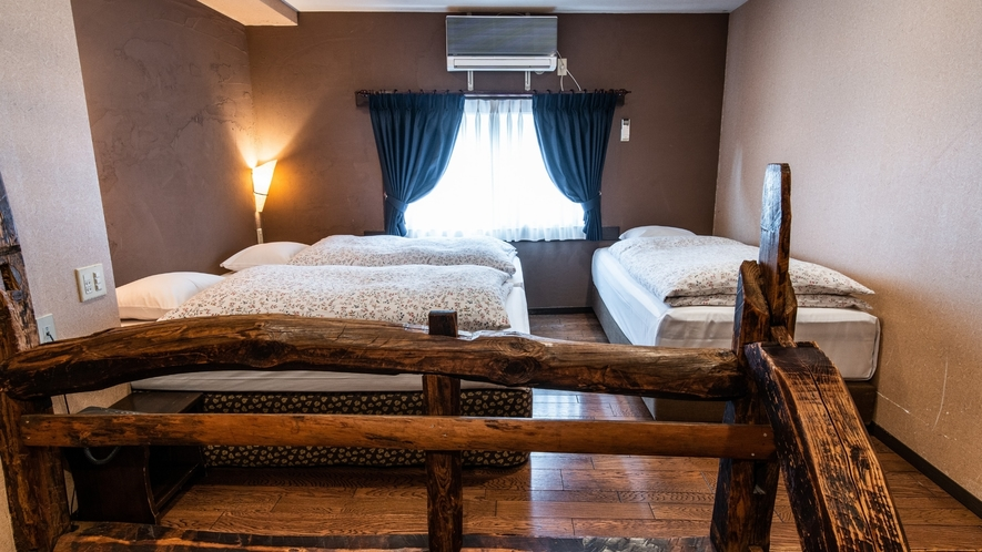 【101】ウッディートリプルルーム 木の暖かみが溢れるお部屋は女性・ファミリーに人気です。