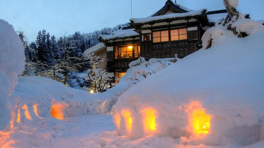 真冬の風物詩「雪灯籠」。灯りと雪の幻想的なコラボレーション